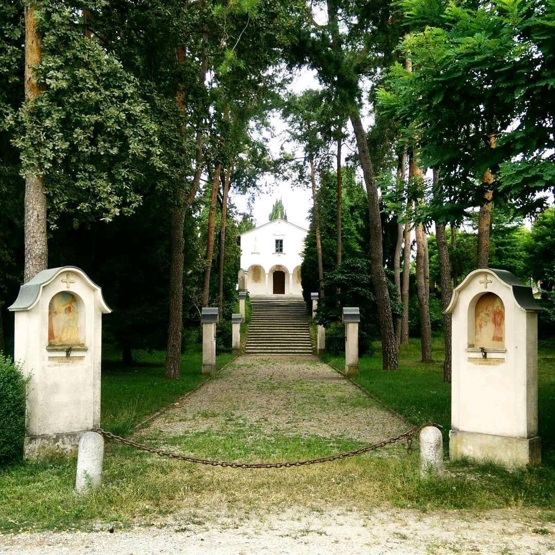 Il piazzale della chiesa del Lazzaretto intitolato a monsignor Sessa
