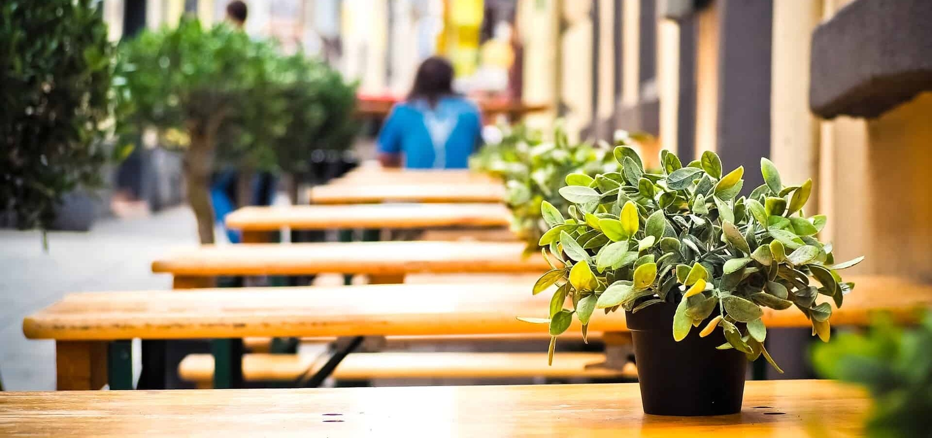Immagine raffigurante tavolini all'esterno di un bar, sul suolo pubblico