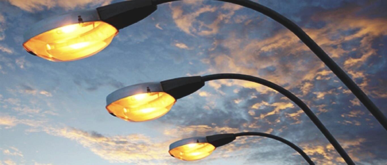 Immagine con lampioni accesi