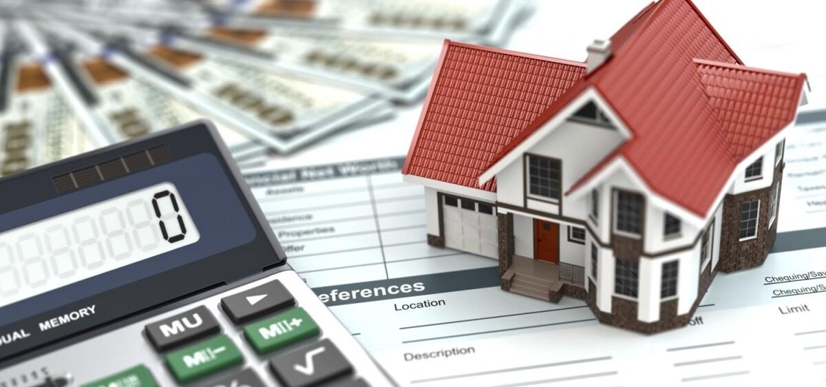 Immagine di un modellino di casa, di una calcolatrice e di un modulo di tasse
