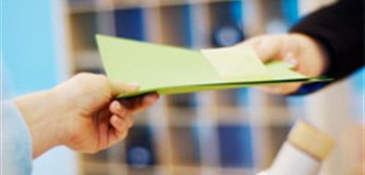 Immagine raffigurante la consegna a mano di un documento