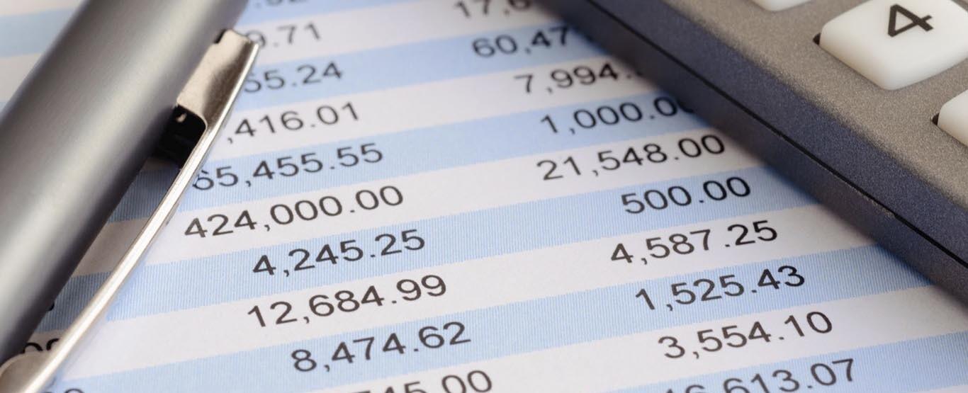Immagine con calcolatrice e stampa del bilancio