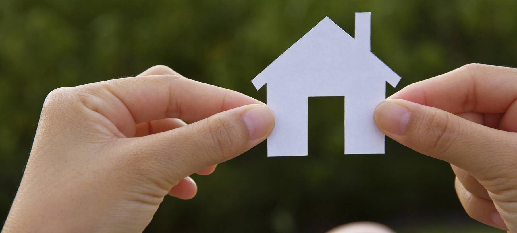 Immagine raffigurante due mani che tengono una casa di carta
