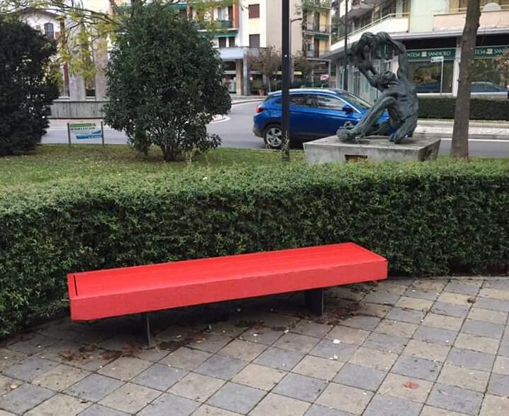 In largo Sant'Agnese due panchine rosse contro la violenza sulle donne
